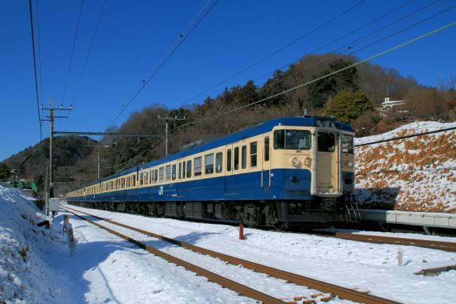 201301158雪の小名路踏切.JPG